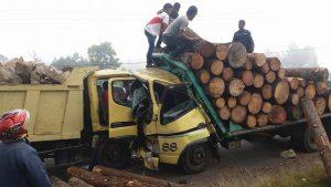 Truk Logging Laga Kambing Dengan Truk Batu Supir Terjepit