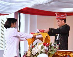 Presiden Jokowi Bisikkan Sesuatau Kepada Boru Batak Ini