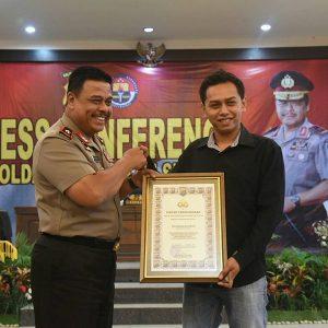 Perekam Oknum Polisi Pungli Dapat Penghargaan dan HP Baru